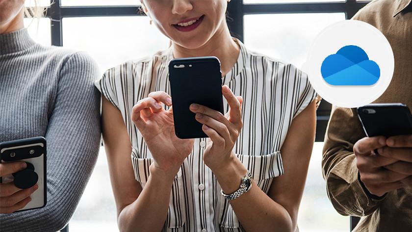 Une femme utilise Office OneDrive sur un smartphone