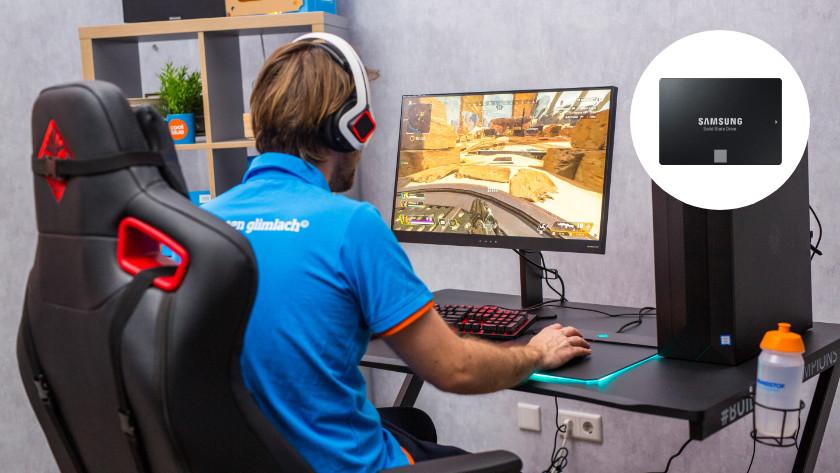 Man speelt game op computer met SSD uitgelicht in een cirkel.