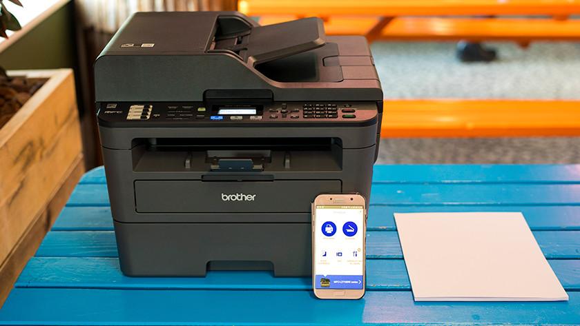 Imprimante Brother avec papier et smartphone