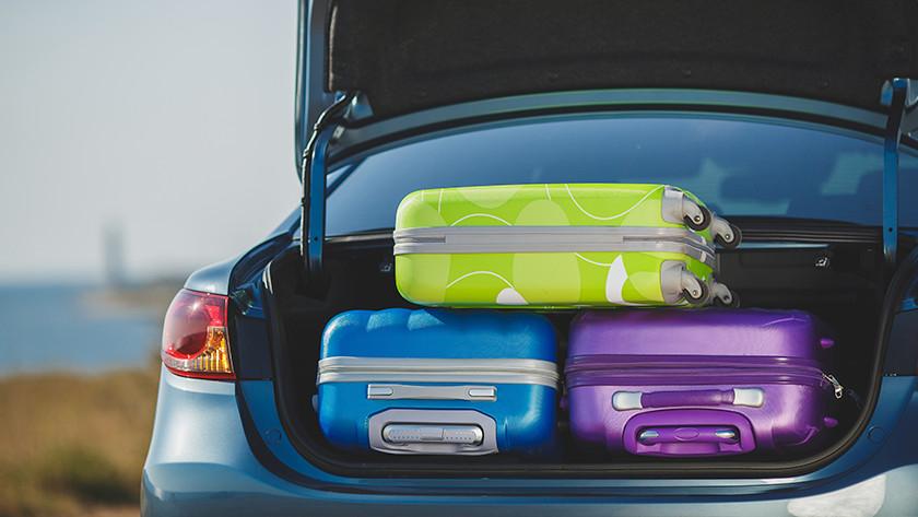 Voyager en voiture avec une valise rigide