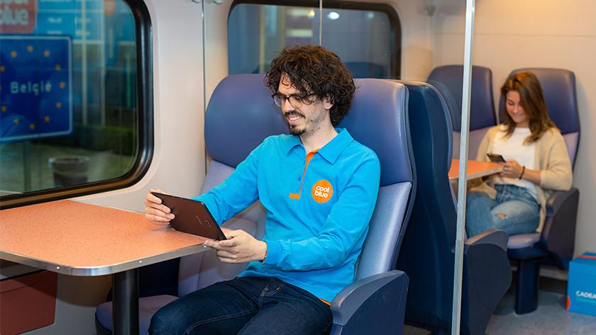 Avec la tablette dans le train