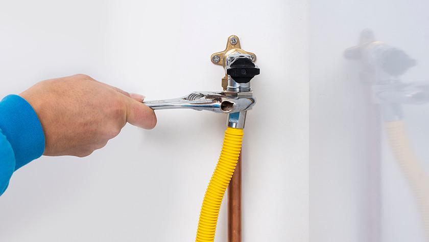 Tourner le tuyau de gaz sur le robinet de gaz