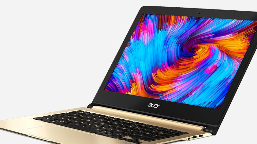 Acer Swift 7 ouvert avec la palette de couleurs à l'écran.