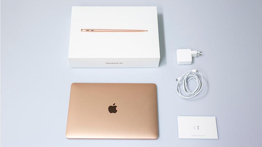 Een MacBook Air, MacBook Air doos en MacBook Air oplader.
