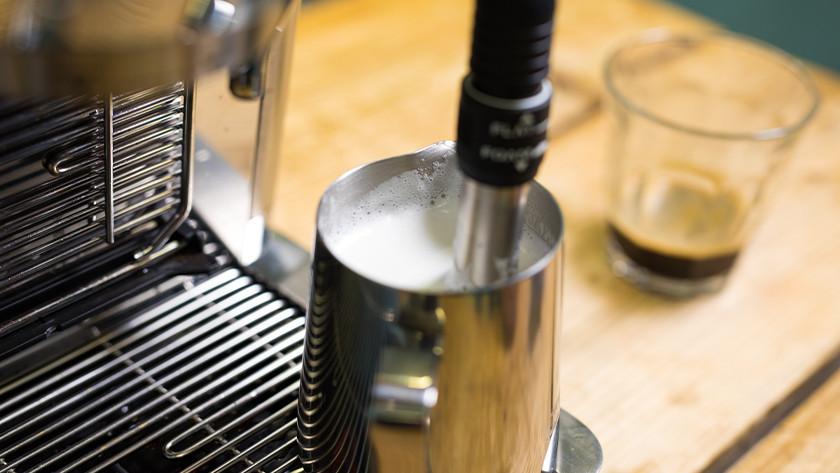 Automatische stoompijp met schuim in melkkan
