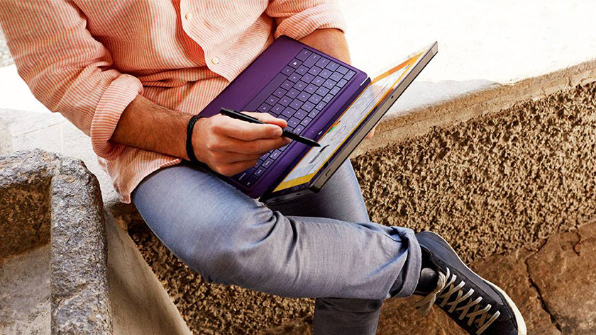 Man werkt met pen op 2-in-1 zakelijke laptop.