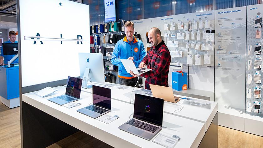 Le client reçoit les conseils d'un expert Coolblue en matière d'ordinateur portable.