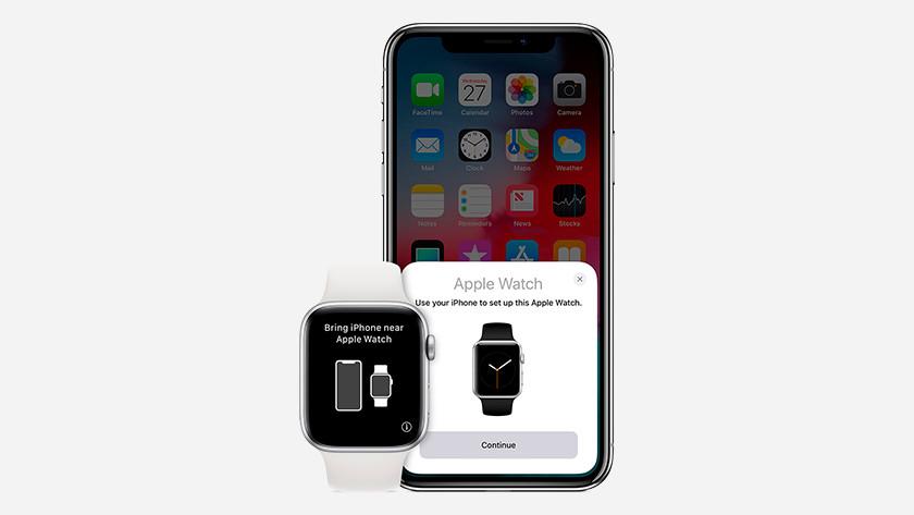 Apple Watch à côté de l'iPhone