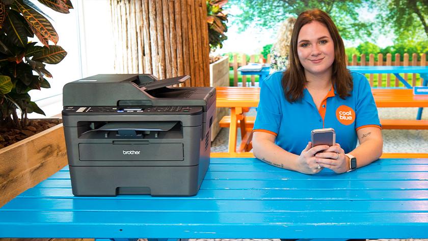 Vrouw en brother printer smartphone
