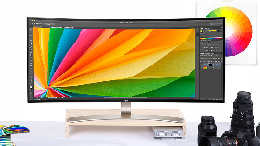 Ultrawide monitor met Adobe Photoshop open