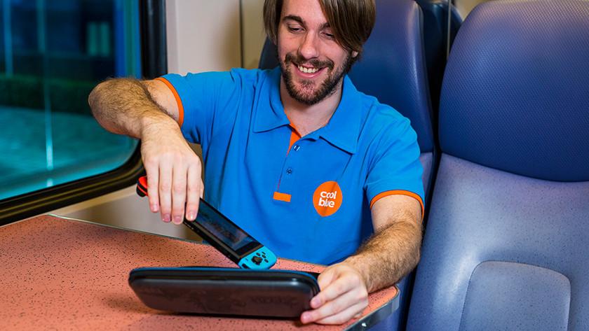 Nintendo Switch in hoesje stoppen in de trein.