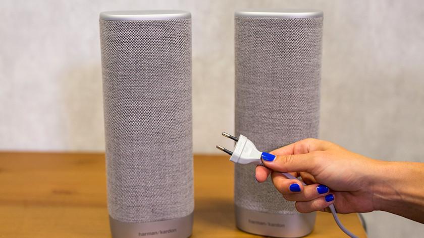 Sluit de speakers aan op stroom