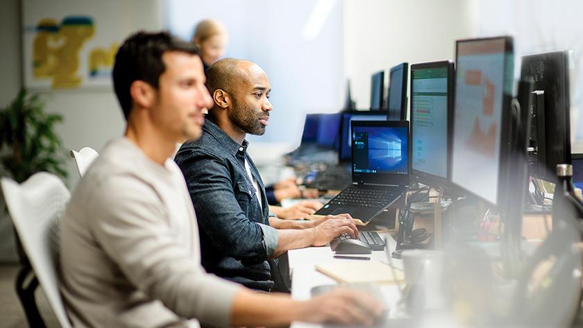 Les administrateurs système travaillent sur des ordinateurs portables avec Windows 10 Pro.