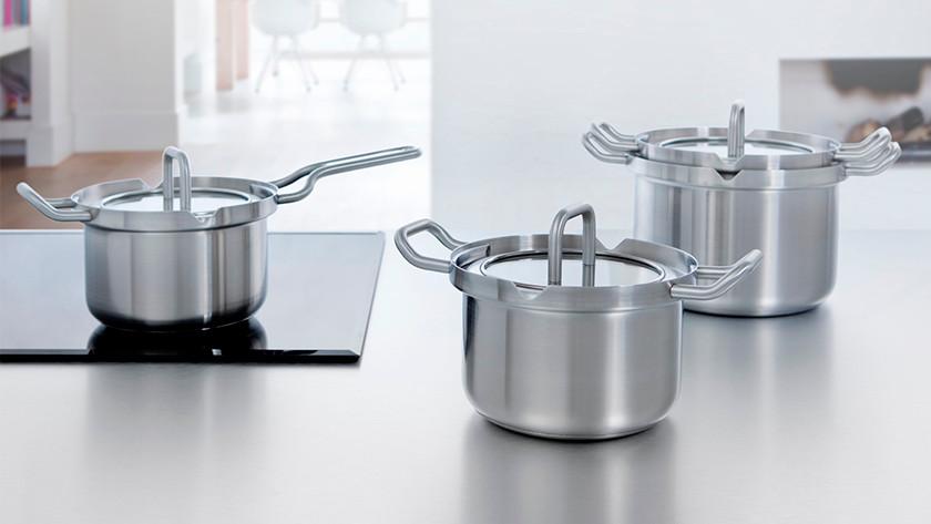 Différentes tailles de casseroles avec couvercles dans la cuisine