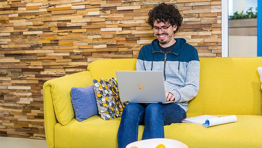 Man werkt op laptop.