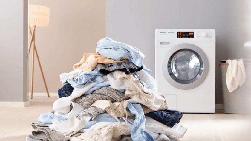 Stapel wasgoed voor een wasmachine