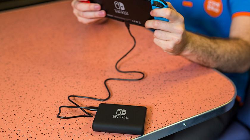 Powerbank aan de Nintendo Switch.