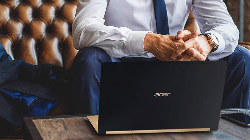 Un homme travaille sur un Acer Swift 7.
