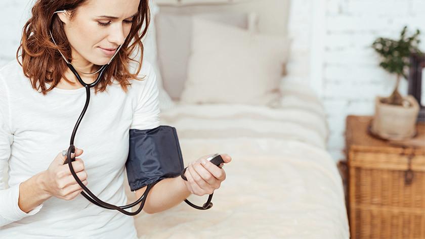 Vrouw met bloeddrukmeter