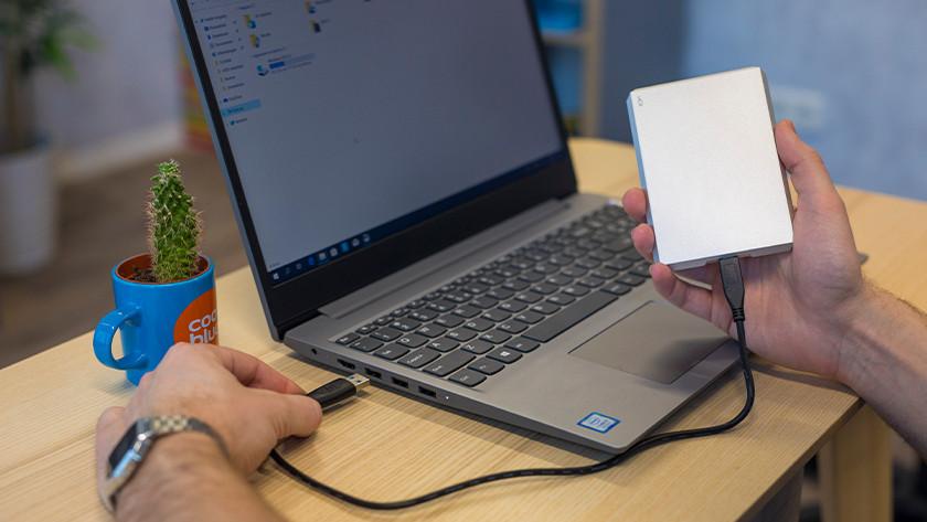 Laptop met externe opslag.