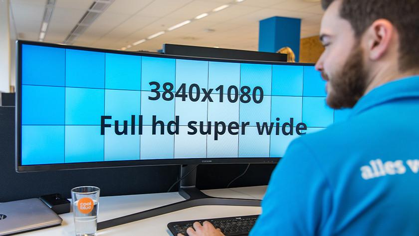 Man werkt op UltraWide monitor en bekijkt resolutie