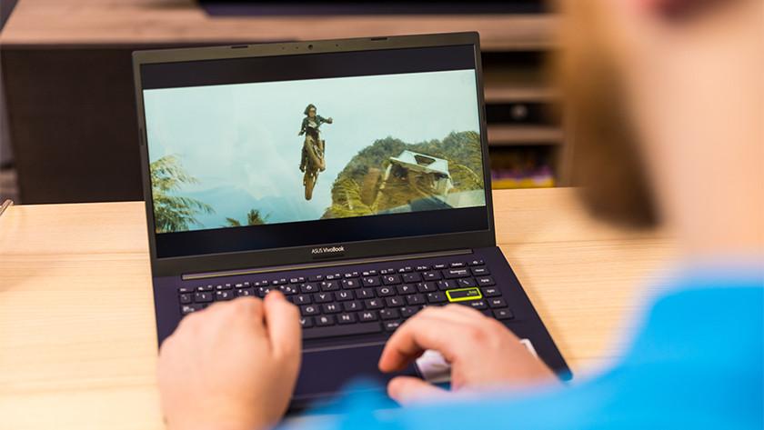 Man kijkt film op Asus laptop.