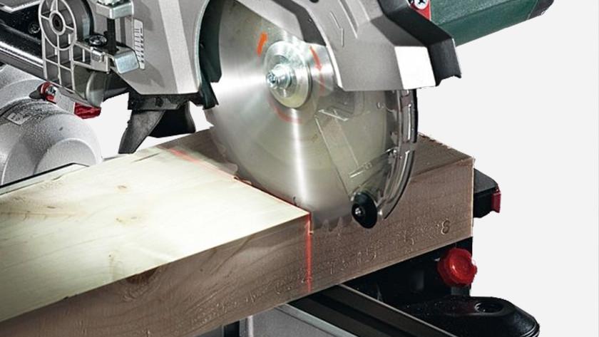 Régler le guide laser de la scie à onglet