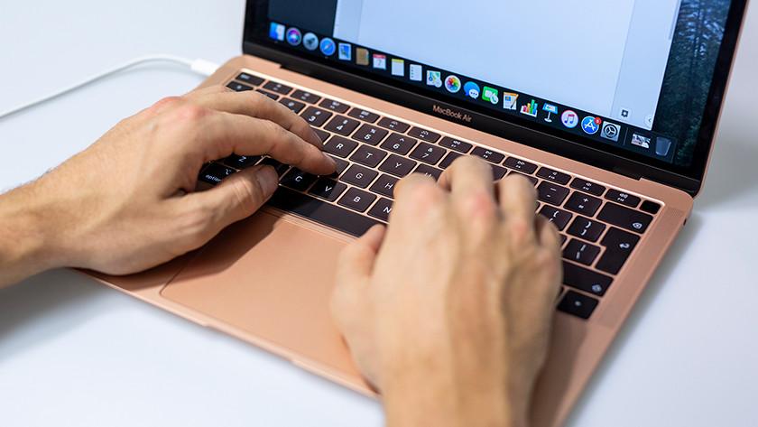Man typt op toetsenbord MacBook Air.