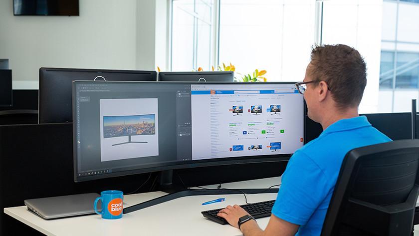Specialist aan het werk met een Philips ultrawide monitor