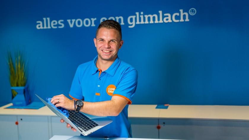 Specialist maakt laptop schoon