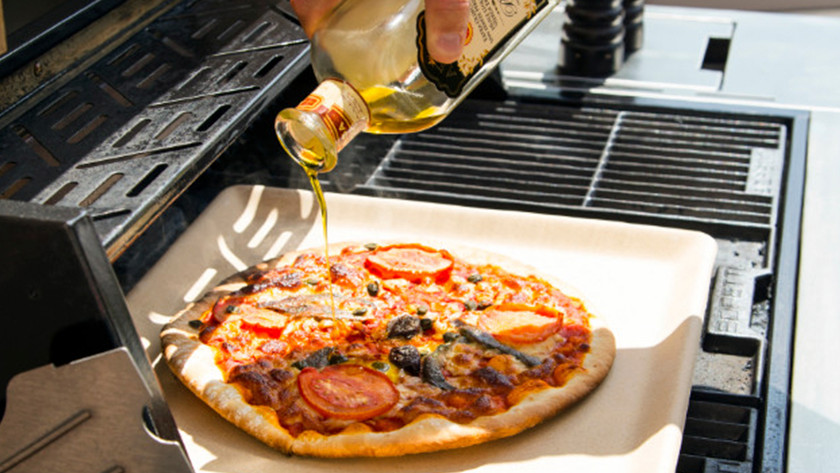 Pizza bakken op buitenkeuken