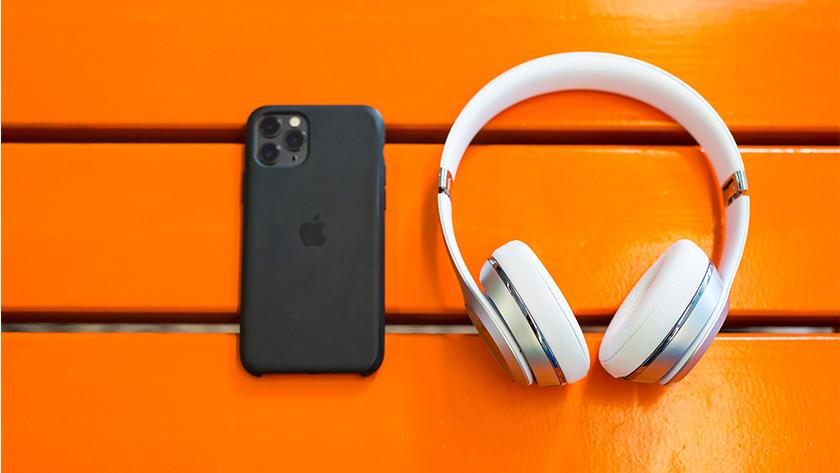 Beats Solo3 naast iPhone