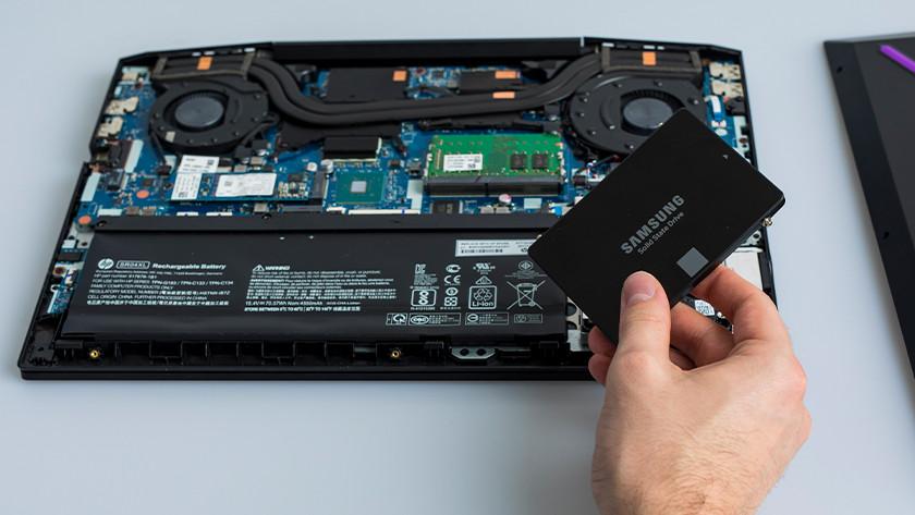 Een nieuwe schijf in de laptop inbouwen.