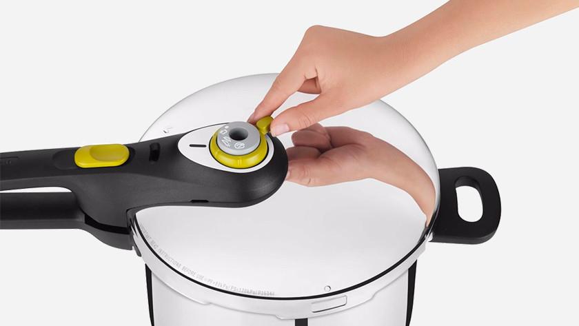 couvercle de l'autocuiseur avec bouton vapeur