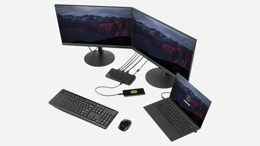 Laptop met docking station en randapparatuur.