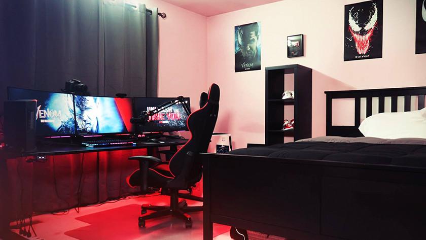 jeu PC streamer écrans chaise gamer clavier casque microphone