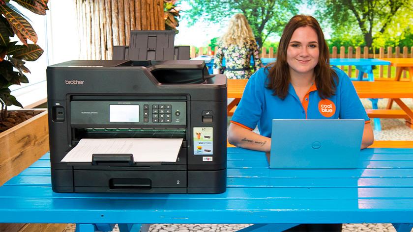 Borther printer naast vrouw
