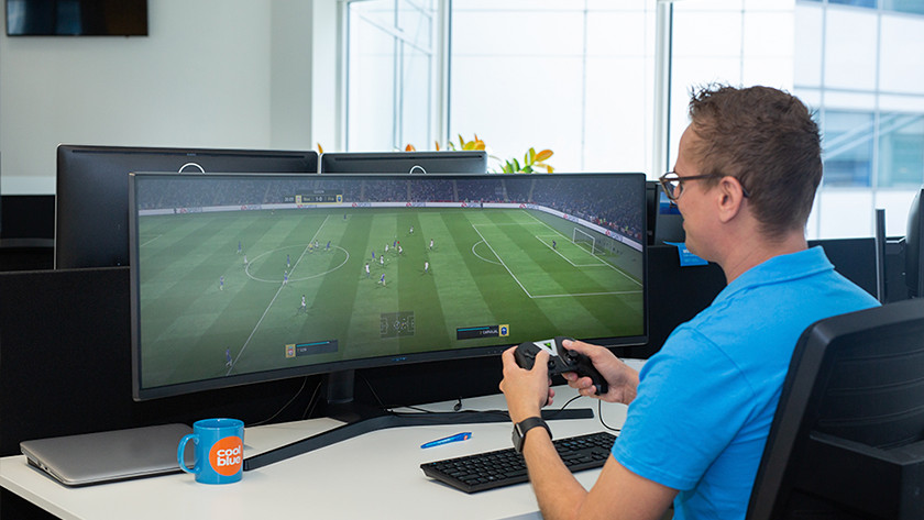 man speelt fifa op ultrawide monitor voor console gaming
