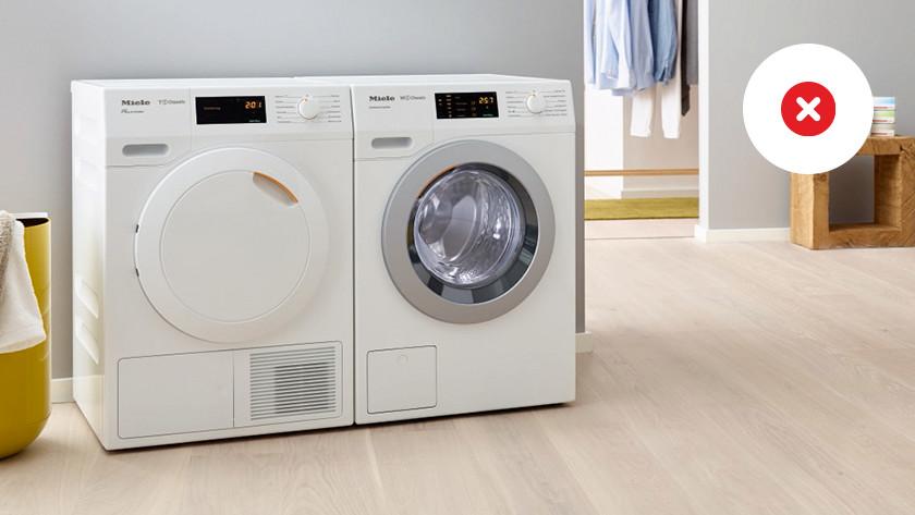 Wasmachine op een houten vloer